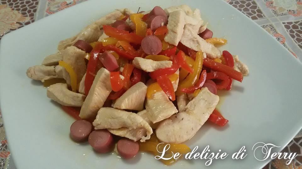 Ricetta straccetti di pollo con peperoni e wurstel