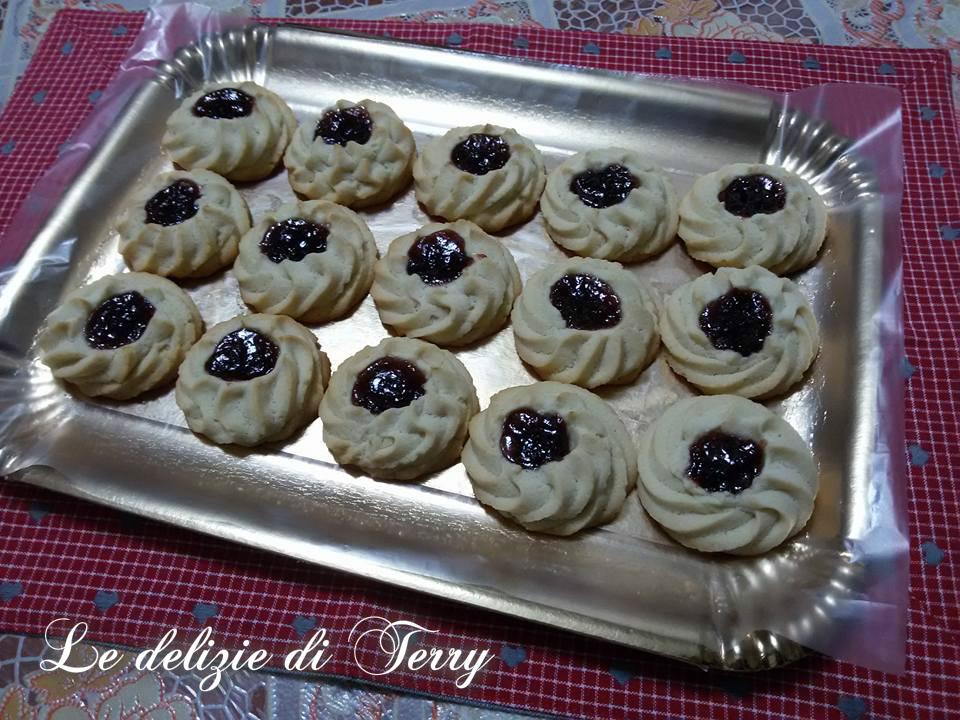 Ricetta biscotti di frolla montata con cuore di marmellata