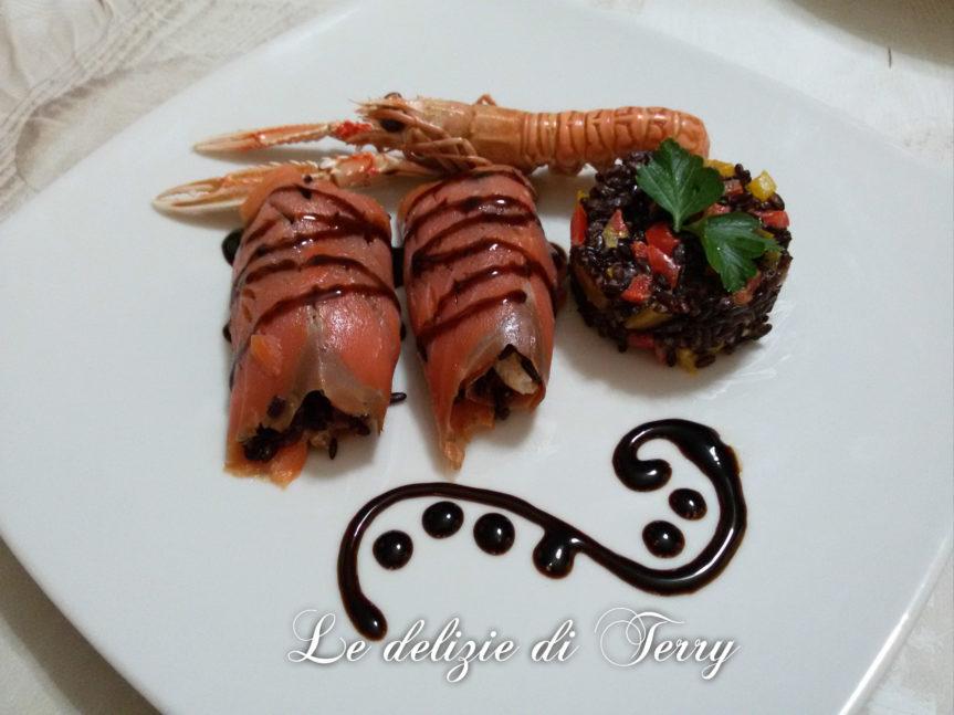 Ricetta involtini di salmone con riso venere , peperoni e scampi